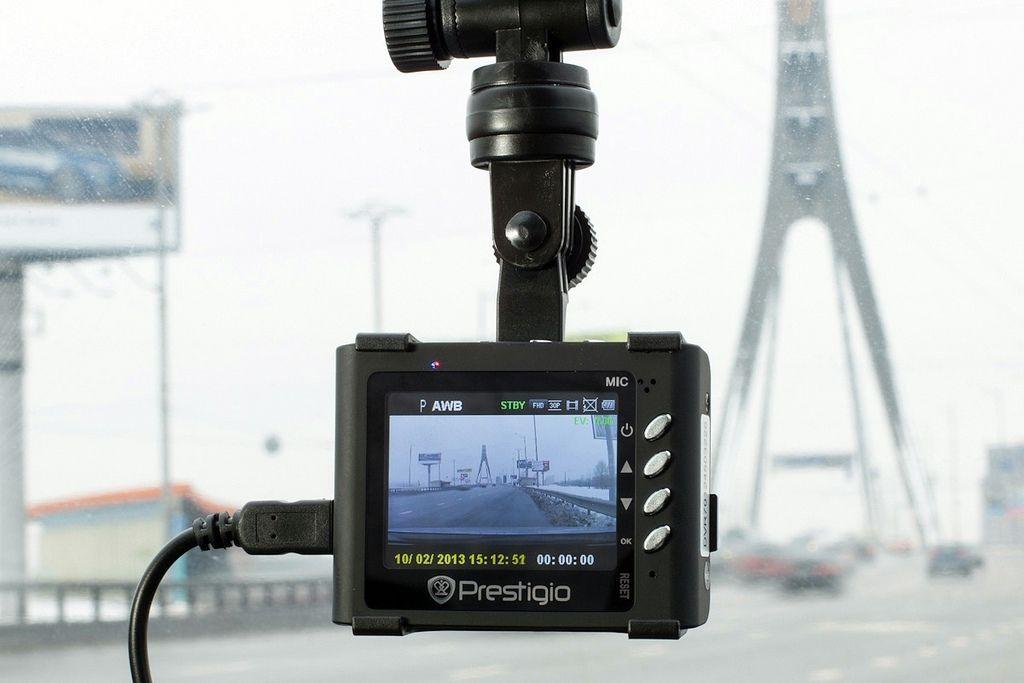 危機一髪!土砂と巨大な落石が走っている車を襲う瞬間を車載カメラが捕らえる!