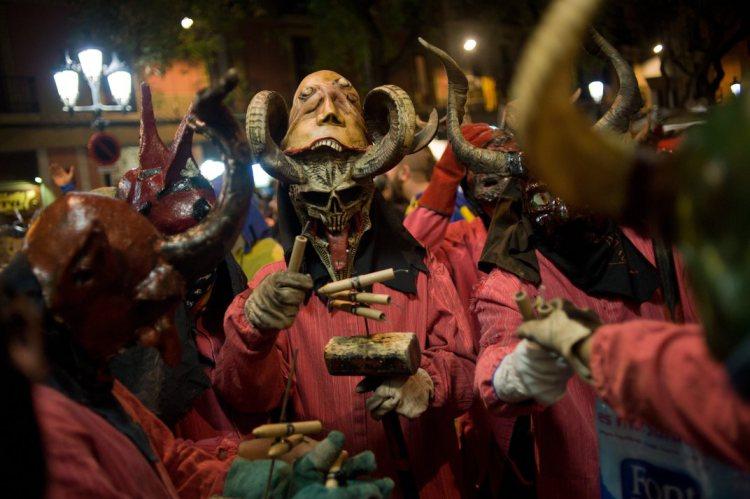 スペイン バルセロナの冬のお祭りがちょっと怖くて幻想的