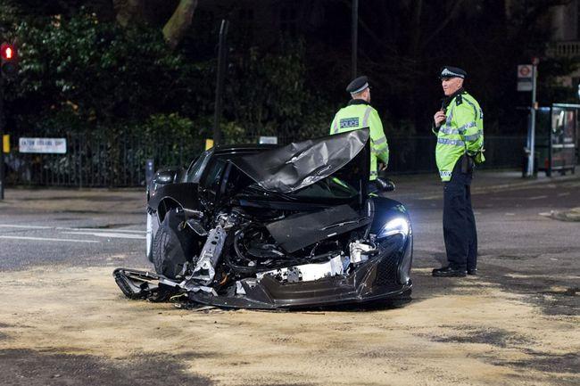 ロンドンで4500万円の車が大破する事故が起こる