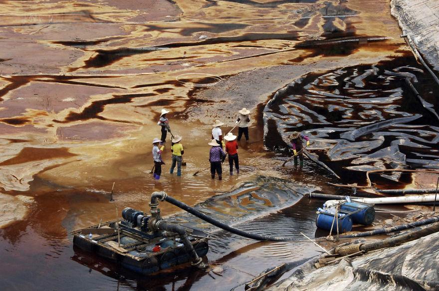 下水の排水を処理を行う労働者。福建省。