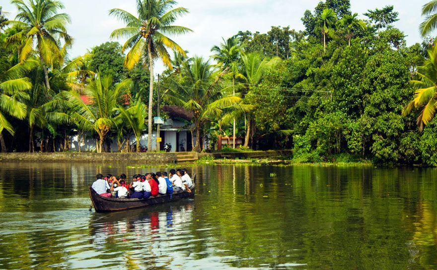 ボートで旅行をする生徒。インド