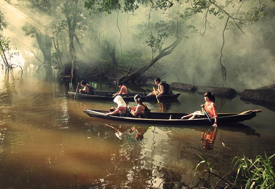 カヌーで学校へ向かう生徒たち。インドネシア・リアウ