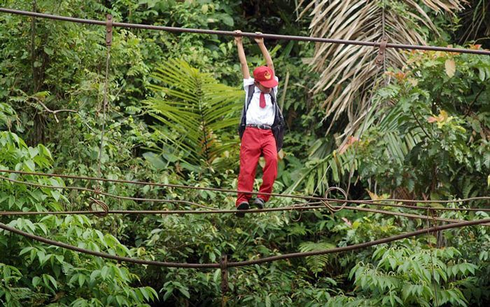 9.15メートルの川の上を綱渡りで移動。インドネシア・スマトラ島