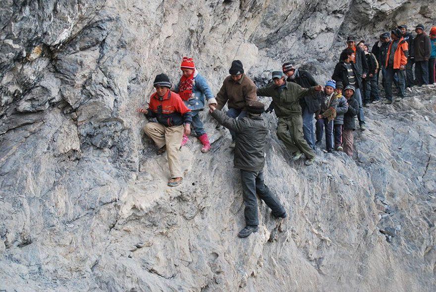 寄宿学校へ行くために125マイルの山を登る。中国