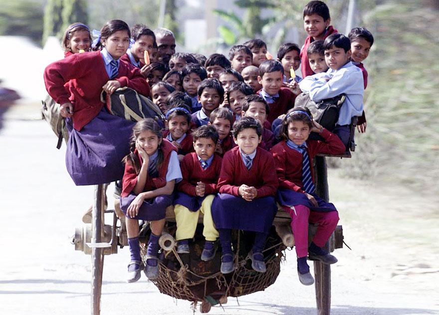 学校から馬車で移動する生徒たち。インド