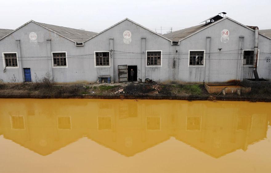 浙江省のひどく汚染された川