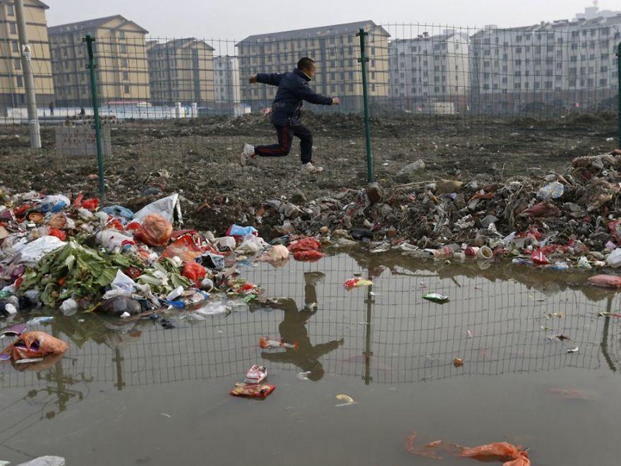 ゴミ山を飛び越える子供