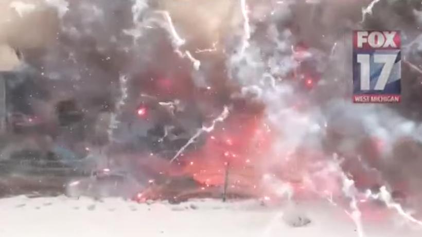 20トンの花火を積んだトラックが炎上!ド派手に爆発