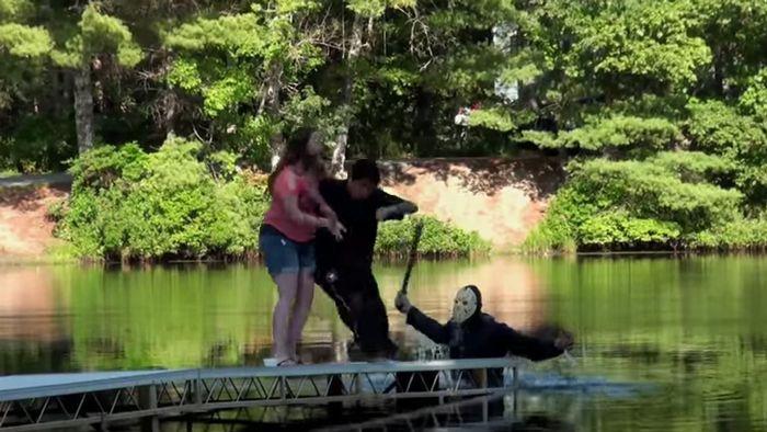 13日の金曜日!湖でジェイソンが襲ってくるどっきりを仕掛けてみたらナイスリアクション