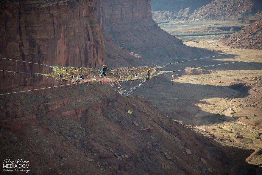 崖と崖の間にクモの巣みたくロープを張ってみた