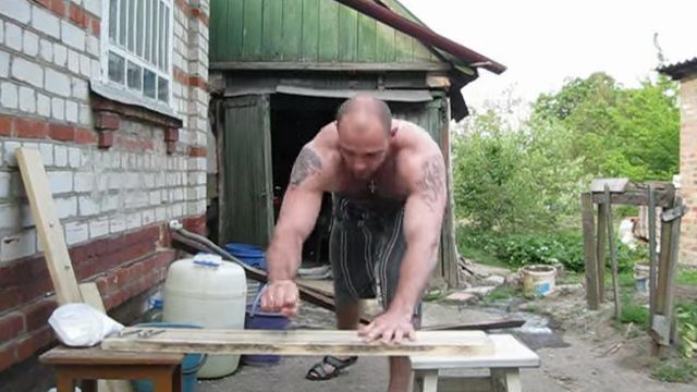 ハンマーを使わず素手で板に釘を打ち込む筋肉モリモリマッチョマンが現る