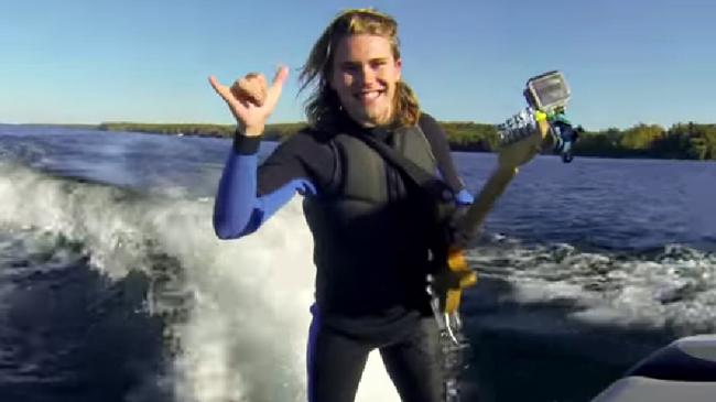 サーフィンをしながらギターをかき鳴らす動画が凄いと話題に