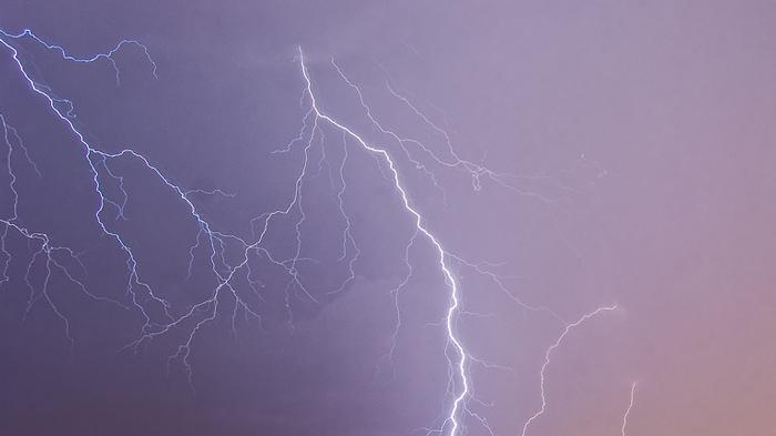 カップルの自撮り中にすぐ後ろで落雷で大パニック