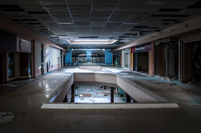 あのゲームの舞台っぽいアメリカの廃ショッピングモールの写真が幻想的だと話題に