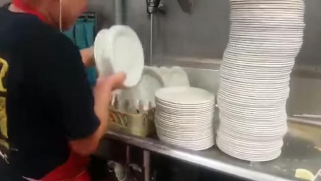 皿洗いを極めるとお皿をトランプみたいに扱える様になるぞ!