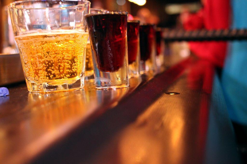 【飲みすぎ注意】カクテルのイエガーボムを飲みまくった女性、心臓発作で九死に一生を得る
