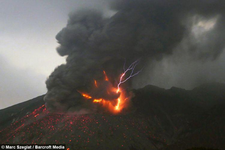 一体何が始まるんです?桜島で噴火と落雷が起きている映像がすごい
