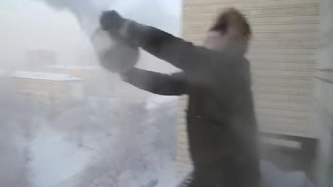 -40℃の極寒のシベリア、外で沸騰したお湯を撒いてみたら・・・