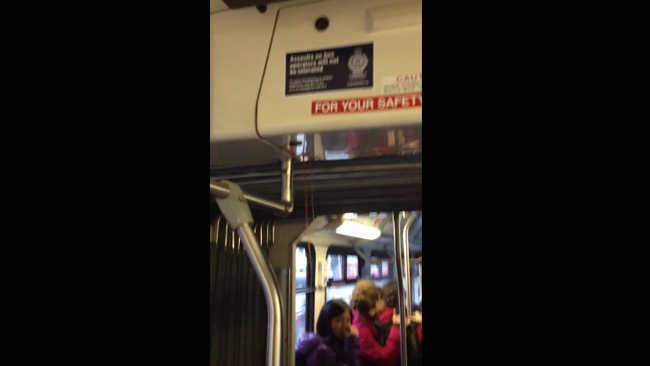 まるでシャイニング!バスの天井から謎の赤い液体が噴出し車内が大パニックに!