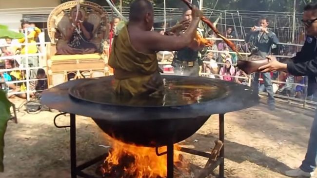 高温の油に浸りながら瞑想をするタイの僧侶がすごすぎる。