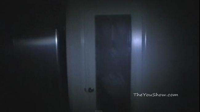 【怖すぎて見れない人多発した】なんなのこれ・・・食品置き場のドアが勝手に開いたと思ったら・・・