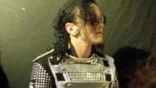 マイケル・ジャクソンそっくりさんがトリビュートライブを行ったら本人の霊が現れる!?
