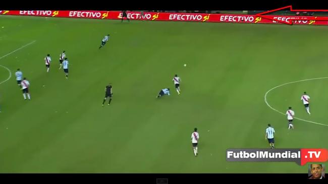 サッカーの試合の生中継中に選手の霊がグラウンドを颯爽と駆け回る!!