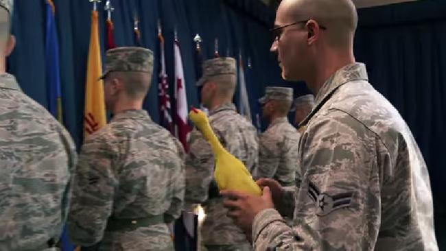 【マイク OUT】絶対に笑ってはいけないアメリカ空軍の訓練24時
