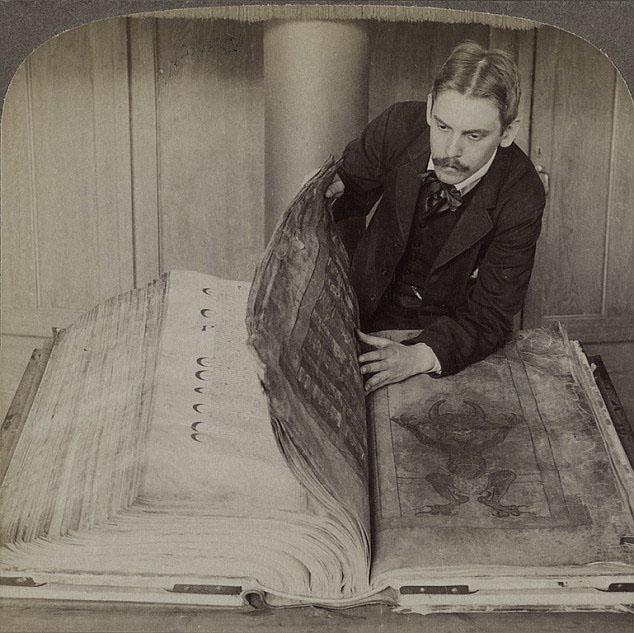ギガス写本を鑑定する古い写真