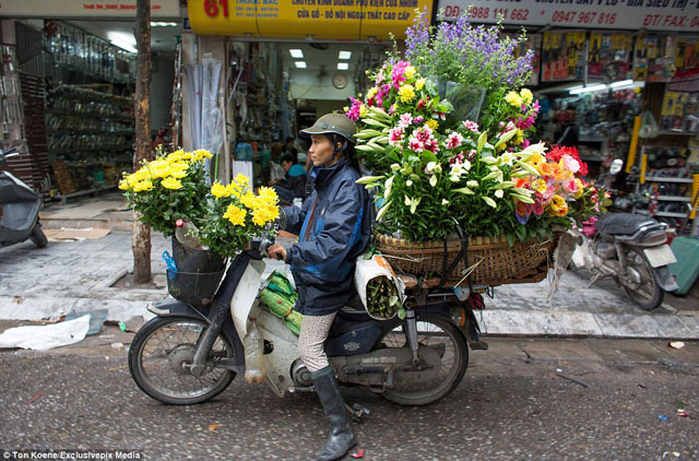 2AF3CE4F00000578-3179956-Getting_around_on_two_wheels_is_a_way_of_life_in_Vietnam_where_t-a-19_1438268500378